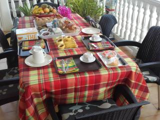 petit déjeuner servi en terrasse