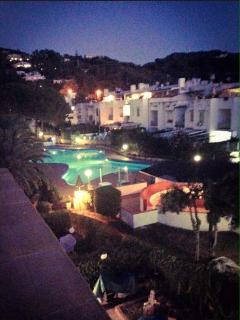 la piscina in notturna