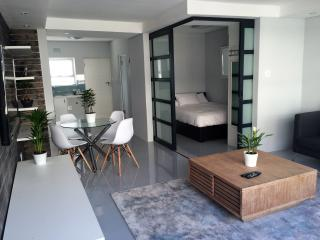 Top floor Modern Beachfront, Sea point WIFI & DSTV, Bantry Bay