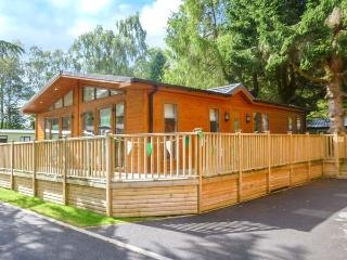 45 CALGARTH, ground floor lodge, WiFi, parking, decked patio, in Windermere