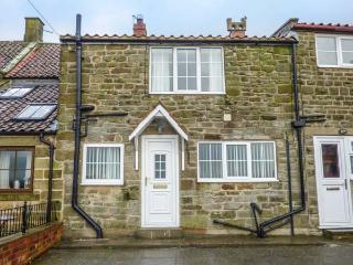 FAIRHAVEN COTTAGE, pet-friendly, WiFi, close to Whitby, Ugthorpe, Ref 929095