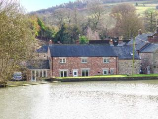 WEIR COTTAGE ON THE MILL POND, end-terrace, parking, in Cromford, Ref 933068