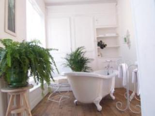 Chambre anglo-normande - Baignoire de la salle de bains