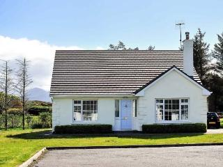 SPRINGWOOD COTTAGE, detached, open fire, en-suite, lawned gardens, parking, Loui