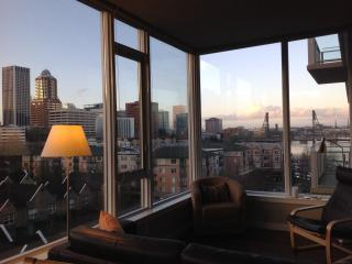 Elegant  1bd + den Condo w/ Stunning City & River Views, Portland