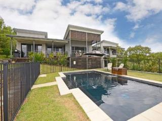 Pelican House - private pool, aircon, seaviews, relaxation, breezes and birds, Hervey Bay