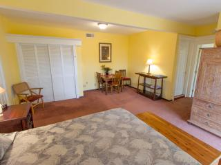 2BR Suite with Hot Tub & Fruit Trees, Upcountry!