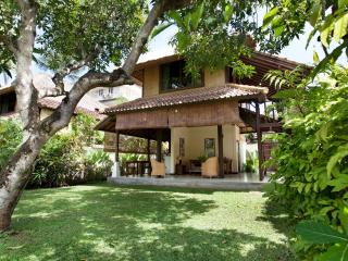 Tropical Bungalow, 300m to beach, shared pool