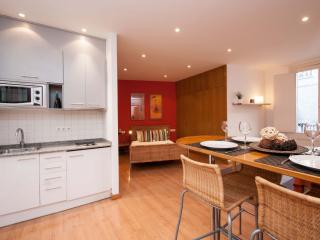 New Gotic Red apartment in Barrio Gotico with WiFi, air conditioning & balcony.