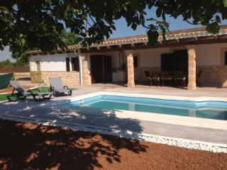 Rural Villa Sleeps 6/8 AC,Pool, Wifi, Table Tennis, Inca