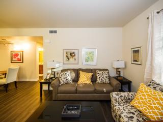 PREPOSSESSING AND VIBRANT FURNISHED 2 BEDROOM 2 BATHROOM CONDOMINIUM IN A CONVENIENT LOCATION IN ORA, Santa Ana Heights