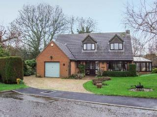 9 CHESTNUT CLOSE, detached cottage with garden, conservatory, WiFi, close