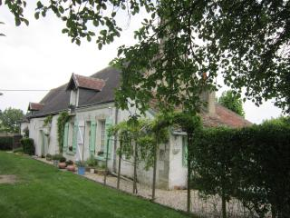 BEAUTIFUL DETACHED LONGERE. LARGE PRIVATE GARDENS, Chatillon-sur-Indre