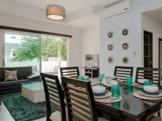 sleeps 8 on the 5th av. big balcony, Playa del Carmen