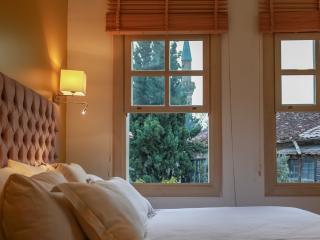 Villa Emperor Room: A modern classic