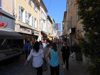Rue commerçante au pied de l'immeuble.