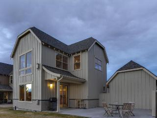 Dog-friendly home w/ jetted tub, hot tub, golf on-site, shared pool!