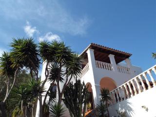 Spacious 4 bedroom (4 bathroom) hillside villa, Cala Llonga