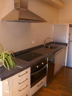 Cocina totalmente equipada: vitrocerámica, microondas, lavavajillas, horno y menaje.