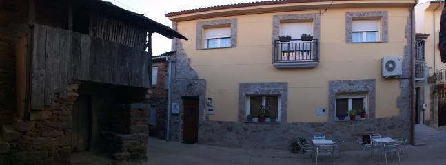 Fachada principal de la casa y entrada.