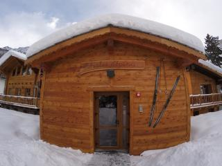 Chalet Alpina 2 bedroom apartment 200m to ski lift, La Thuile