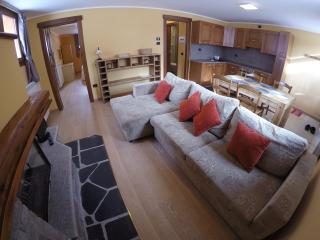 Chalet Alpina 2 bed apartment 200m from ski lifts, La Thuile