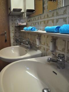 Zwei WC, drei Waschbecken, Badewanne und Dusche