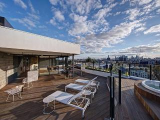 City Views trendy Riverside 2bed/2bath Resort Apt, Melbourne