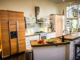 5★ Modern Luxury Vacation Home, 6th St, Sleeps 11, Austin