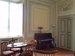 The piano suite. Nice self-catering studio apartment in a noble villa