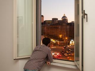 vista romantica del Vaticano e della cupola di San Pietro dalla finestra del salotto