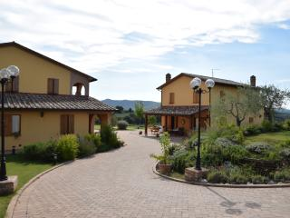 Typical Umbrian villa, pool, relaxation and views, Castiglione del Lago