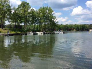 BEAUTIFUL LAKE DESOTO TOWNHOUSE WITH BOAT DOCK, Hot Springs Village