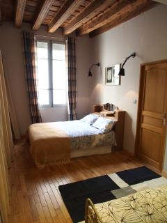 Grande Chambre avec 1 lit double et 1 lit simple / Master Bedroom with 1 double bed and 1 single bed