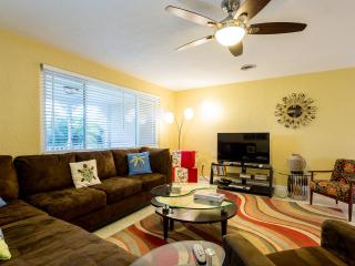 5 Star* Private Home & Solar Heated Salt Pool, 3BR, 2Ba, half block to beach, Ormond Beach