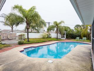 5 Star* Private Home & Salt Pool, 3BR, 2Ba, half block to beach/block to river