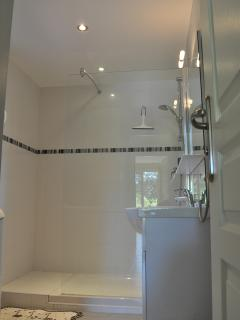 salle de  bains , avec douche à l'italienne ; le WC est séparé de celle ci