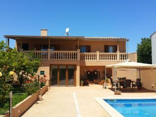 CASA TOÑI, house with pool close to the beach, S'illot