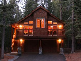 Luxury cabin in central Tahoe Donner (sleeps 8), Truckee
