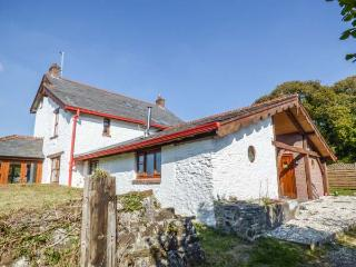 BRYNDIAS HOUSE, large gardens, sea view, woodburner, Pembrey, Ref 913796
