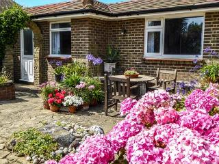 HERBRAND HOUSE, beachfront single-storey cottage, WiFi, patio, Cooden Beach, Bexhill Ref 930260, Bexhill-on-Sea
