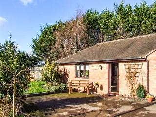 SUNDAY COTTAGE, detached, open plan, enclosed garden, nearby walks, in Strensham, Ref 933320