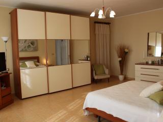 Ampia suite con TV Samsung da 32', Wi-fi gratuito, bagno privato e lunga terrazza panoramica.
