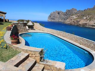 Staffed villa spectacular location overlooking sea, Cala Sant Vicenç