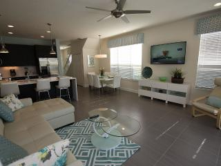 Deluxe Townhome, plus FREE pool heat!, Orlando