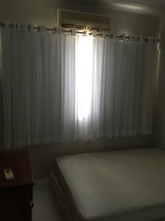 Quarto com split de 9.000 btu's, com cama de casal, cômoda e Armários embutidos, cortina branca