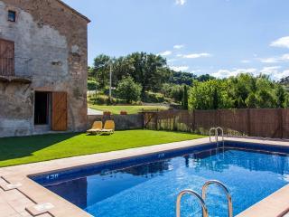 Piscina exterior y jardín privado. Casa rural Vilanova (Berguedà, Barcelona)