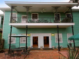 SVR-00480 Historic 2BR Only 2 Blocks from River Street, Savannah