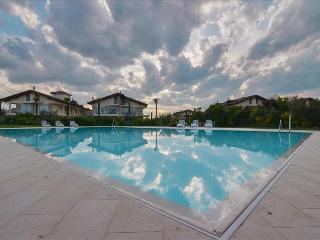 Bright 3 bdr apt with pool