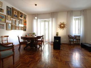 Spacious 3bdr apt w/parking, Rome